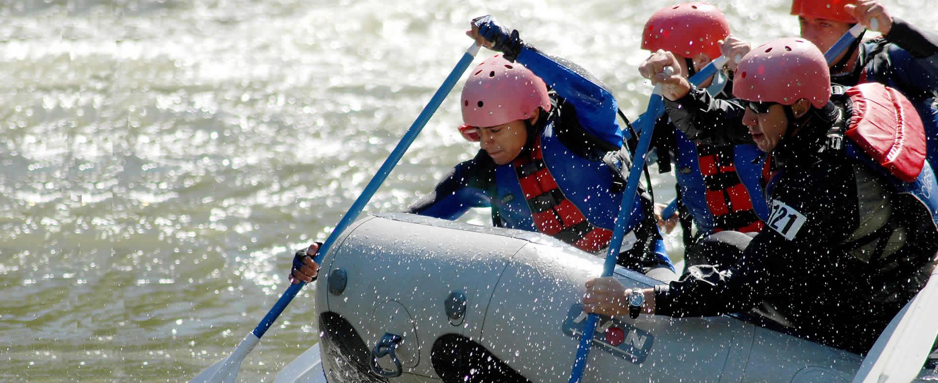 Homme et femme faisant du rafting
